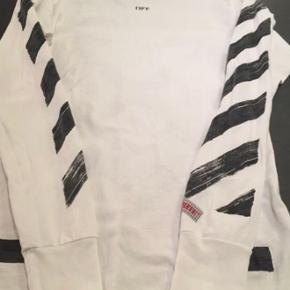 En virkelig fed langærmet off-white trøje, perfekt til efteråret🍁  Størrelse. Xs, men fitter en small.  Købt på farfetch og jeg har kvittering✅  Pris kan diskuteres!