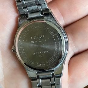 """Flot casio-ur, som jeg desværre aldrig har hverken fået starten eller tilpasset mit håndled. Uret er vand-afvisende og med rustfrit stål på bagpladen - dvs ikke provokerer nikkelallergi.  Uret er af modellen """"LTP-1310"""" og uden nogen tegn på slid."""