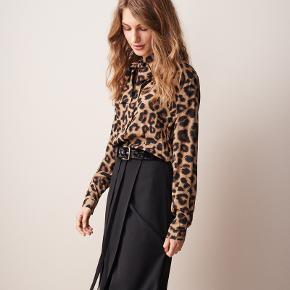 Smukkeste skjorte fra Day med leopardprint og bånd ved kraven. 100% silke.