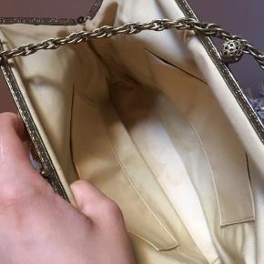 vintage broderet håndtaske, syningerne i hjørnerne skal lige fikses. derudover er den i super fin stand