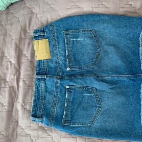 Fed denim nederdel i et distressed look, perfekt til sommer 💙  Kan desværre ikke tage billeder med den på, da den er for lille til mig. Den sidder stramt ind til figuren og går ikke ud som A-form