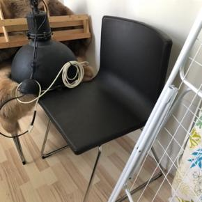 Sælger to Bernhard stole til 150 kr pr stk. Nypris 695. Modellen er i mørk læder