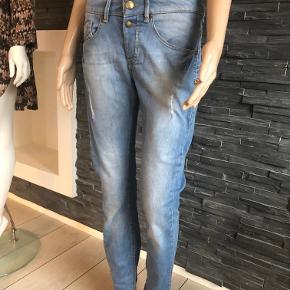 Fede jeans fra Mos Mosh  Str. 26 Liv 78 cm  Indvendig benlængde 75 cm  Skridthøjde 23 cm  Style Diana Destroyed