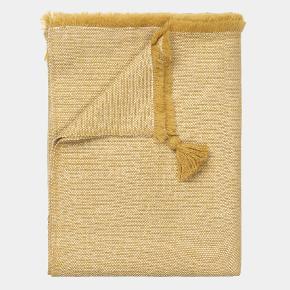 ISOLDE plaid i llama-uld fra Aiayu  ISOLDE er en luksuriøs plaid i tætvævet kvalitet af 100% llama-uld af fineste kvalitet, sourcet og bearbejdet lokalt i Bolivia på en WRAP-certificeret fabrik. Varmt og blødt med detaljerede vævninger. Klassiske frynser ved kanter.  Størrelse: 160 x 180 cm.  Farve: mix Oil/Albicant (varm gul; sennepsgul?)  Helt ny, aldrig brugt. Nypris 2500 kr.  https://www.aiayu.com/da/isolde-throw-160x180