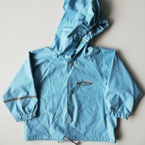 ABEKO regnsæt Str. 90 Gmb, lille slidhul på det ene knæ - se billede  Pris: 45,- plus porto Fast pris Sendes med DAO