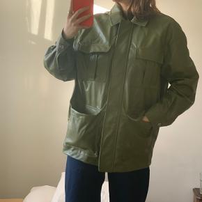 Sælger den populære h&m læder jakke. Mega fed her til efteråret:) ikke brugt så mange gange. Bælte hører også med:)