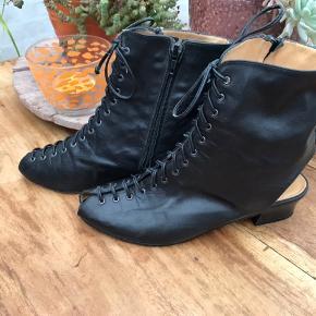 Skoene er håndsyet fra Spanien af mærket Lady Star. De er i meget blødt skind og med lædersål