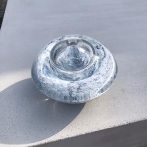 Skøn olielampe - som nu bruges som vase. Ø16 H10 - Der er et skår i bunden (se billede)
