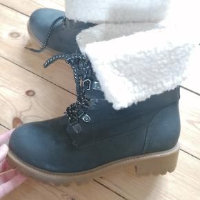 Mørkeblå støvler fra Karizma.  Imiteret læder.  Str. 36. Foer indeni. Brugt en gang. Fremstår som nye. Kan afhentes i Esbjerg eller sendes. Angivet pris er excl. fragt.