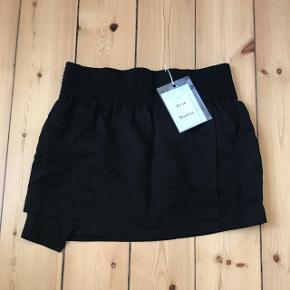 Virkelig flot Acne nederdel med tags. Str. er XS men svarer til en S. Nypris er 1400. Giv et bud.