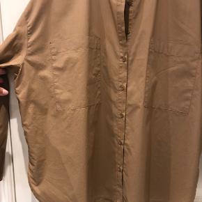 Skjorte med bredde - mål bryst: 66 cm Længde: 67 cm - brugt to gange.