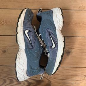"""Vintage sneakers fra Nike!  Købt over Instagram, men sælges da jeg desværre ikke få brugt dem nok.   Skoene har visse tegn på slid da de er vintage, men er stadig for sindssyge :))  Skoene er """"originalt"""" i størrelse 42, men de er meget små i størrelsen så de fitter mere 40-41:))   Søgeord: vintage, retro, Y2K"""