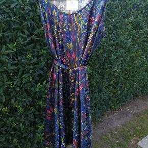 Super flot kjole fra Pulz med stort 'skørt'. Den er brugt, men fejler intet. Kan afhentes i Kolding eller sendes efter aftale.  Se evt. mine andre annoncer, og få en god samlet pris hvis du køber flere ting.