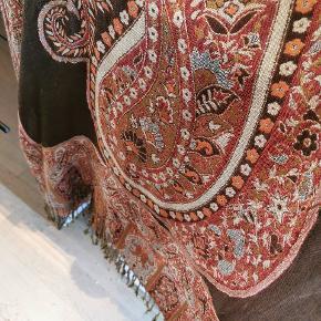 Flot indisk tørklæde halstørklæde sjal. Brun med mønster på begge sider.