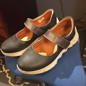 Brand: Art (skoen hedder Rambla) Varetype: Loafers Farve: Blå sort Oprindelig købspris: 800 kr.  ART Rambla sko.     Gode flade og sporty sko fra spanske ART.     Denne lette model har praktisk rem som blot lukkes med velcro. Virkelig lette og behagelige sko. Nypris 800kr.   Jeg har brugt dem mav 3-4 gange.     Fast pris.     Materiale: læder. Indersål: microfiber.    Bund/hæl: gummi.    Farven er blåsort.    Rem over fod sølvagtig.    Skoene er brugt max 3 gange.      -------------------------------------------------    ART er sko og støvler med attitude, funky farver samt udsøgt kvalitet og komfort.     ART er et spansk skomærke inspireret af kunst, arkitektur, mode og mennesker.     ART er vegetabilsk garvet skind, genbrugskork, genbrugspap til skokasser og naturgummi.     ART er for alle os, der elsker fest, farver og personlig frihed til at shine og være unik fra top til tå.