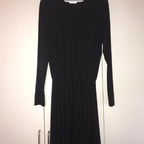 🤍Mørkegrå kjole fra Moss Copenhagen🤍 Er lavet i et super lækkert stof. Kjolen er brugt mest om vinteren, men er stadig i super fin stand 😌