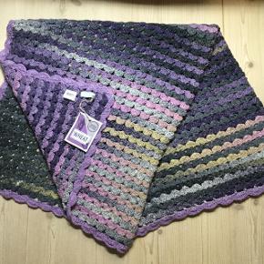 Nyt hånd hæklet tæppe i bomuld, viscose og silke. Måler 120x130 cm