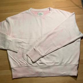 Rigtig lækker tie dye sweatshirt i sart rosa fra Mads Nørgaard. Blusen er str S men rummelig og kan også sagtens passes af en str M. Brugt men i absolut god stand og ingen påfaldende slid eller defekter.
