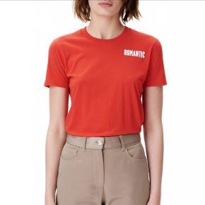Rød Wood Wood romantic t-shirtStr L, men synes den fitter ligesom en M eller oversized S