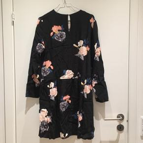 Blomstret kjole med lille knap i nakken. Lange ærmer og bredt skørt. Perfekt stand. Nypris 300kr