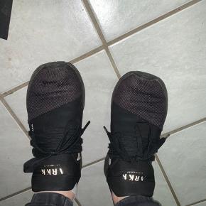 Fejler intet  Nogle af mærkerne er lidt slidte men uden betydning for skoene  Ca. 1,5 år gammel Np 799kr Byd