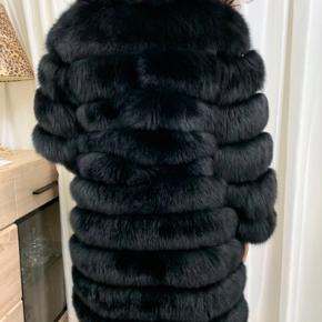 """❌ Håndlavet Specialsyet Pelsjakke i Italien❌  Jeg sælger min smukke pels, da jeg desværre ikke kan passe den. Pelsen er håndlavet og specialdesignet i Italien. Ekstraordinær kvalitet, med slidstærk levetid😁 ALDRIG brugt- derfor den sælges.  Den er i str """"L"""" men kan snildt passes af en """"M"""".  Jeg er åben for (realistiske bud), skam-bud ignoreres.   Kæmpe hit til vinteren, som vil holde dig varm -men samtidig med et luksuriøst look.  OBS: ægte Fox-fur.   Np: 10.000kr"""