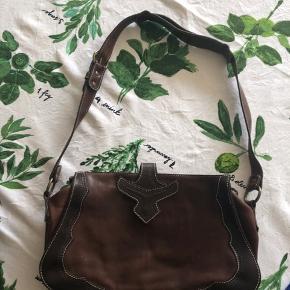 Skøn lædertaske fra Rika med skulderrem. Lukkes med lynlås og lille læderdetalje (se billede 1 og 3). Lidt brugsspor men ikke huller eller slid.  Mål  bredde:33 cm Højde: 22 cm Dybde: 10 cm