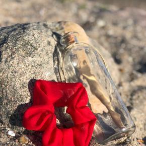Flotte luksus scrunchies fra Message in a bottle. Super kvalitet og produceret i Danmark. Sommer udsalg: pr stk 30 kr. Porto 10 kr.