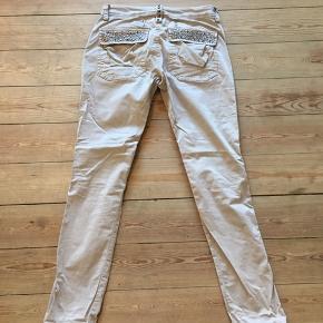 Bukser fra Mos mosh med fede detaljer bagpå. Brugsspor på metalknapperne.  Kan afhentes i Århus eller Vejle, eller sendes med DAO:)