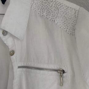 Fed skjorte! Mangler en knap og så er lynlåsen brækket af på højre side og ellers er der alm. slidtage. Prisen er sat herefter🤍