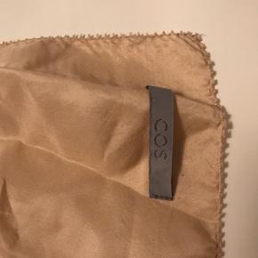 Pudder/rosa farve. 100x205cm (cirka). Stort silke tørklæder