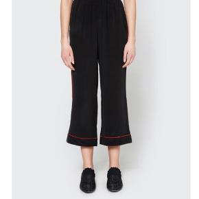Ganni Grace silke bukser med et 'cropped' look