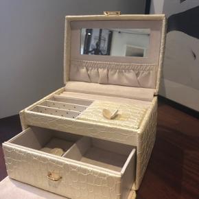 Fint smykkeskrin med plads til mange smykker Mange fine detalje Har brugstegn; se billeder