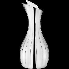 Smuk Georg Jensen Legacy kande i højglanspoleret rustfrit stål. Mål: H:284mm, B:131mm, D:186mm. 1 liter. Ikke brugt/pakket ud og kommer med kasse. Sælger billigt ud, da jeg står overfor en flytning!