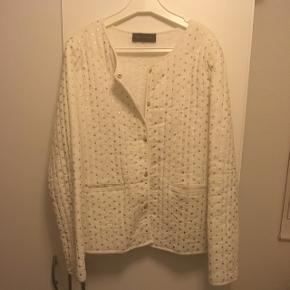 Fed jakke/cardigan som er i perfekt stand. Brugt meget lidt. Nypris var 1300kr !