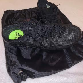 Sælger Nike Vapor 13 i en størrelse 42, da de er en tand for små. De er kun blevet brugt èn gang, og er basically helt nye. Nypris var 1500kr, og sælger mine for 1000kr. Er dog åben for bud, så BYD gerne.  ÅBEN FOR BUD!!!