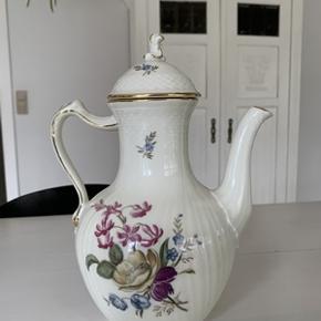 Royal Copenhagen, Frijsenborg kaffekande 1. sort, i perfekt stand, står som ny. Højde 27 cm. Også flot som vase. Evt. porto 45,-kr