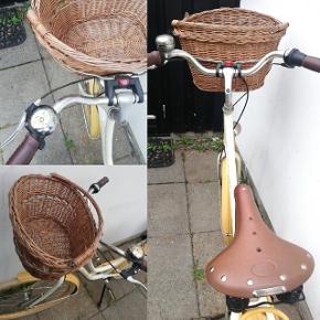 Cykel Raleigh Classic De Luxe Plus med 7 gear sælges. Den er købt i 2016 til 7000 kr men købspapire er blevet væk under flytning. Den er i god stand, har altid stået i skur og har kørt få kilometer. Dog er ringeklokken rusten som det fremgår af billederne men fungere derudover fint. Selve cyklen er af rustfrit aluminium , med punkterfri dæk, læder sadel, samt retro for- og baglygter. Derudover sælges den med forsikringsgodkendt lås (med tilhørende nøgle og ekstranøgle) og kurv foran (med tilhørende lås og nøgle).  Sælges også andre steder