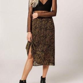 Smuk plisseret leopard midi nederdel 😊