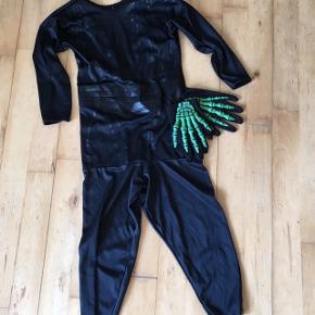 Halloween dragt 3-4 år med selvlysende handsker   Gået lidt op i ærme, kan let syes   Kostume udklædning fastelavn halloween   Sender gerne