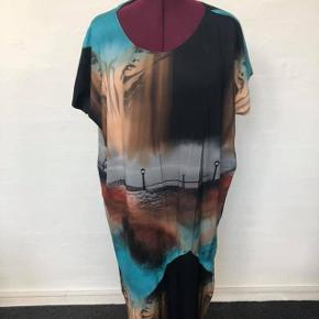 Str xl/XXL  Skøn unika kjole Loosefit model der skråner ind for super slankende snit  Skøn let viscose Jersey  Længde 103 Bryst 140 Hofte 130