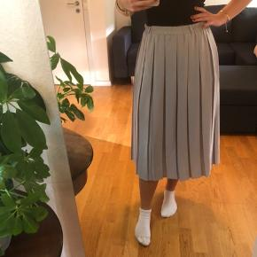 Stor nederdel som jeg har sat ind med sikkerhedsnåle så den passer en xs/s  Køb 3 af mine ting og få gratis fragt. Ellers ligges der 37kr oven i den pris som står:)