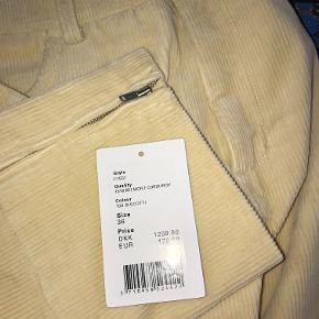Flotte fløjsbukser fra Ganni i modellen Belmont Corduroy, bukserne er næsten ikke brugt, og sælges udelukkende, da de bare ligger i skuffen. På indersiden af læggen/anklerne er der en lynlås, hvilket også ses på andet billede.   Nyprisen er 1299kr. Jeg er åben for bud  Køber betaler fragt og evt. TSpay gebyr