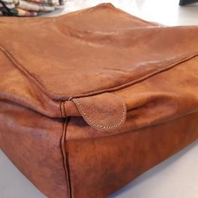 Cognacfarvet puf 3 stk med små skader sælges derfor billigt  Måler 50x50x30 cm  Kommer uden fyld