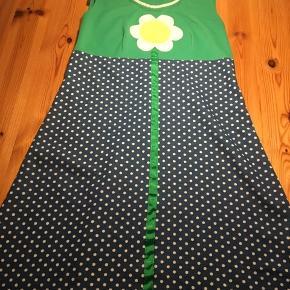 Skøn kjole i str M. Den er syet lidt ind under arme. Æg 44, længde 97, hofte 54. Lidt fnuller.