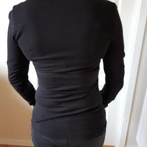 Brand: Dept Varetype: Bluse Farve: sort Oprindelig købspris: 400 kr.  Pæn bluse med flæser som på billedet. Kun brugt en gang. Lille i  størrelsen.  Svarer til M. Stoffet er blødt bomuld.