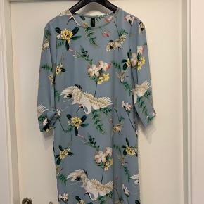 Virkelig fin kjole/tunika (kan bruges som begge) i fantastiske farver med er fint mønster med fugle og blomster🤩 kjolen har korte ærmer og en fin læg bagtil, som giver en ekstra fin ryg👌 den sælges udelukkende fordi den er for lille🙈 hvem skal være den heldige ejer af denne fabelagtige kjole/tunika?🌸