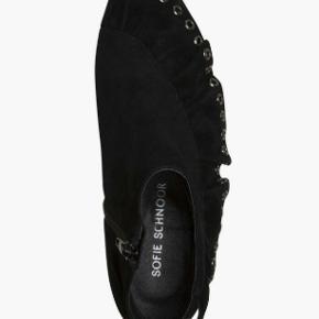 Fine ankelstøvler med dekorativ flæsekant sælges.  De er i blødt ruskind og der er en lynlås, som gør det nemt at komme i dem. Almindelige i størrelsen. Brugt en enkelt gang indendørs som fremstår som nye.