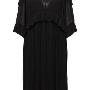 Risandra kjole fra By Malene Birger med skulderløse ærmer. Nypris: 3000. Jeg har aldrig fået den brugt.