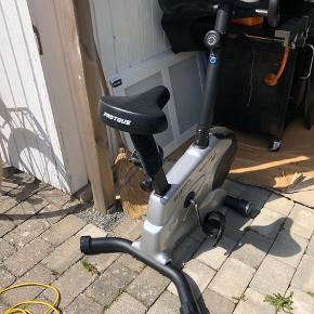 Sælger denne motionscykel til hjemmet, som er under et år gammel.   Fejler ingenting - i god stand. Den oplyser kilometer, hastighed, kalorier og pulsmåler.   Sælges billigt. Pågrund af flytning !!